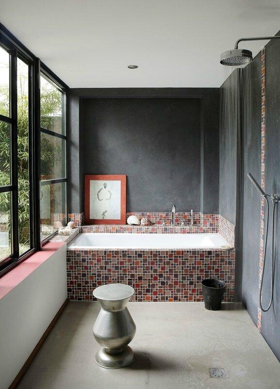 une-salle-de-bains-moderne-avec-petits-carreaux-de-mosaique_5311975