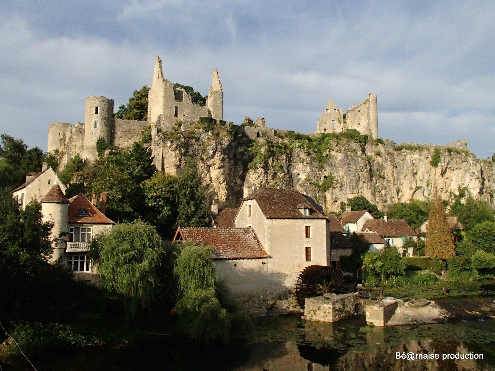 Château et moulin (Angles-sur-l'Anglin, Poitou, août 2013)