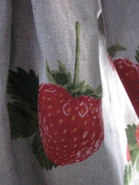 Manteau AGLAE en lin naturel imprimé de grosses fraises rouge - noué sur le devant d'un lien de lin rouge (7)