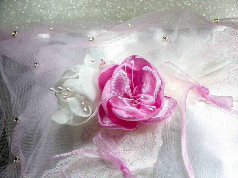 Coussin pour alliances romantique satin dentelle strass rose blanc
