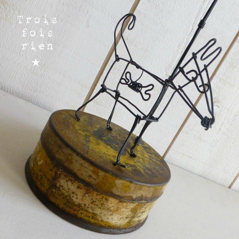 Lonely dog chien et lampadaire fil de fer (2)