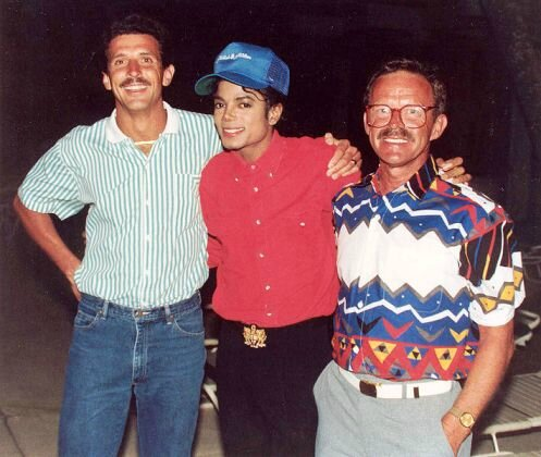 michael-jackson-with-two-fans-at-the-hilton-hotel