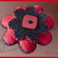 Broche fleur feutrine rouge et noir, bouton nacre rouge (N)
