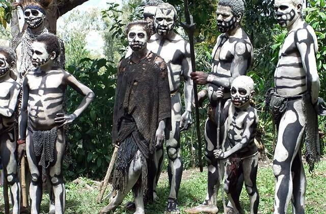 Cérémonie rituelle de la tribu Asaro à Port Morsby