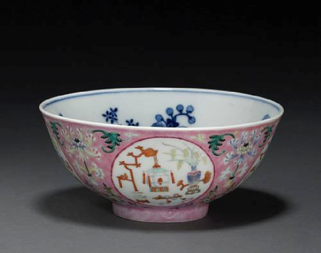 A_rose_sgraffito_ground_porcelain_bowl_with_underglaze_blue_and_famille_rose_enamel_decoration1