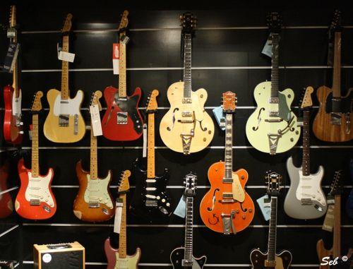 mur de guitares chez harrods londres photo de inclassable et insolite dans l 39 oeil de seb. Black Bedroom Furniture Sets. Home Design Ideas