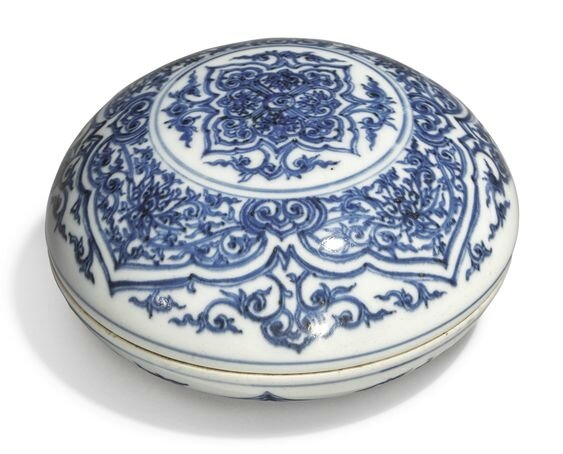 A finely painted blue and white circular box and cover, Ming dynasty, Chongzhen period