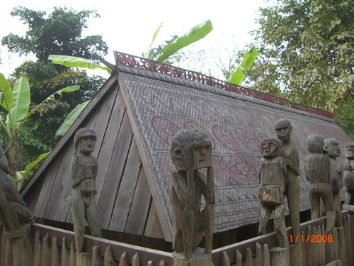 Monument funéraire, musée ethnographique d'Hanoi