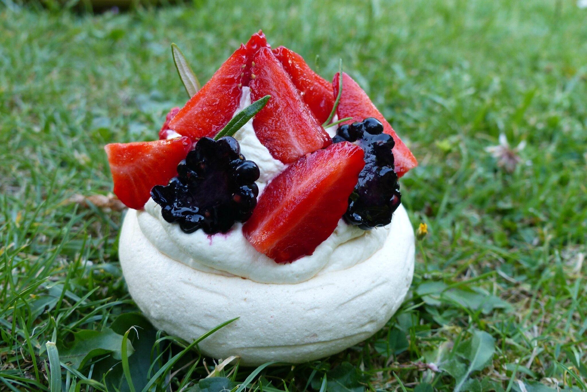Pavlova aux fruits rouge