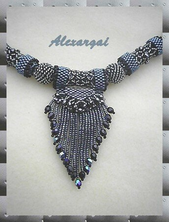 Collier_Fringed_caged_bead2