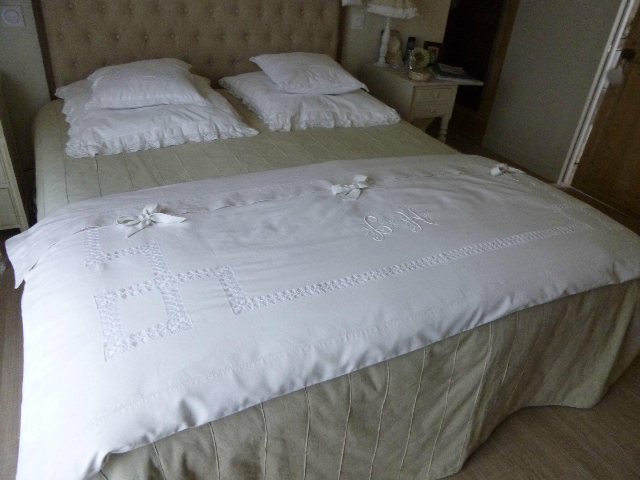 Bout de lit en draps anciens aux fils du temps - Faire des rideaux avec draps anciens ...