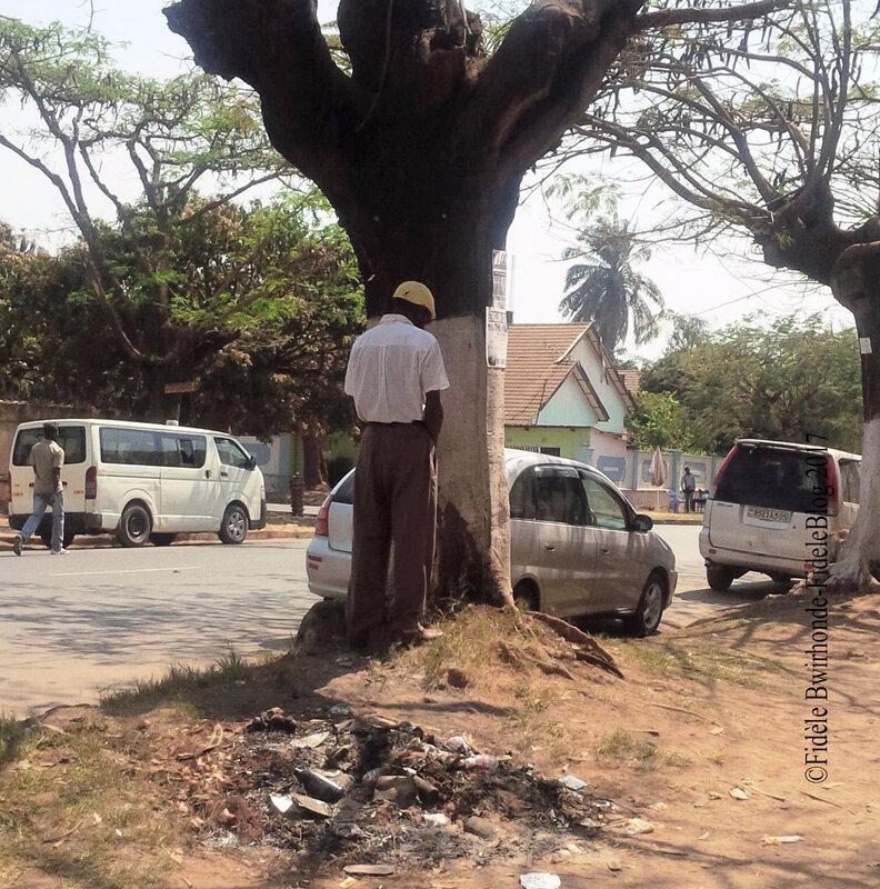 Un homme urine derrière un arbre dans la rue à Lubumbashi. Ph: FideleBlog - 2017