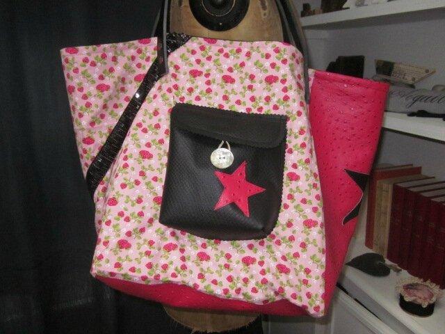 Un sac FELICIE n° 5 en coton rose imprimé fraise et simili autruche framboise...