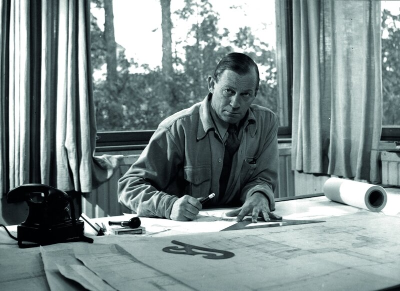 02_Alvar_Aalto_in_his_studio
