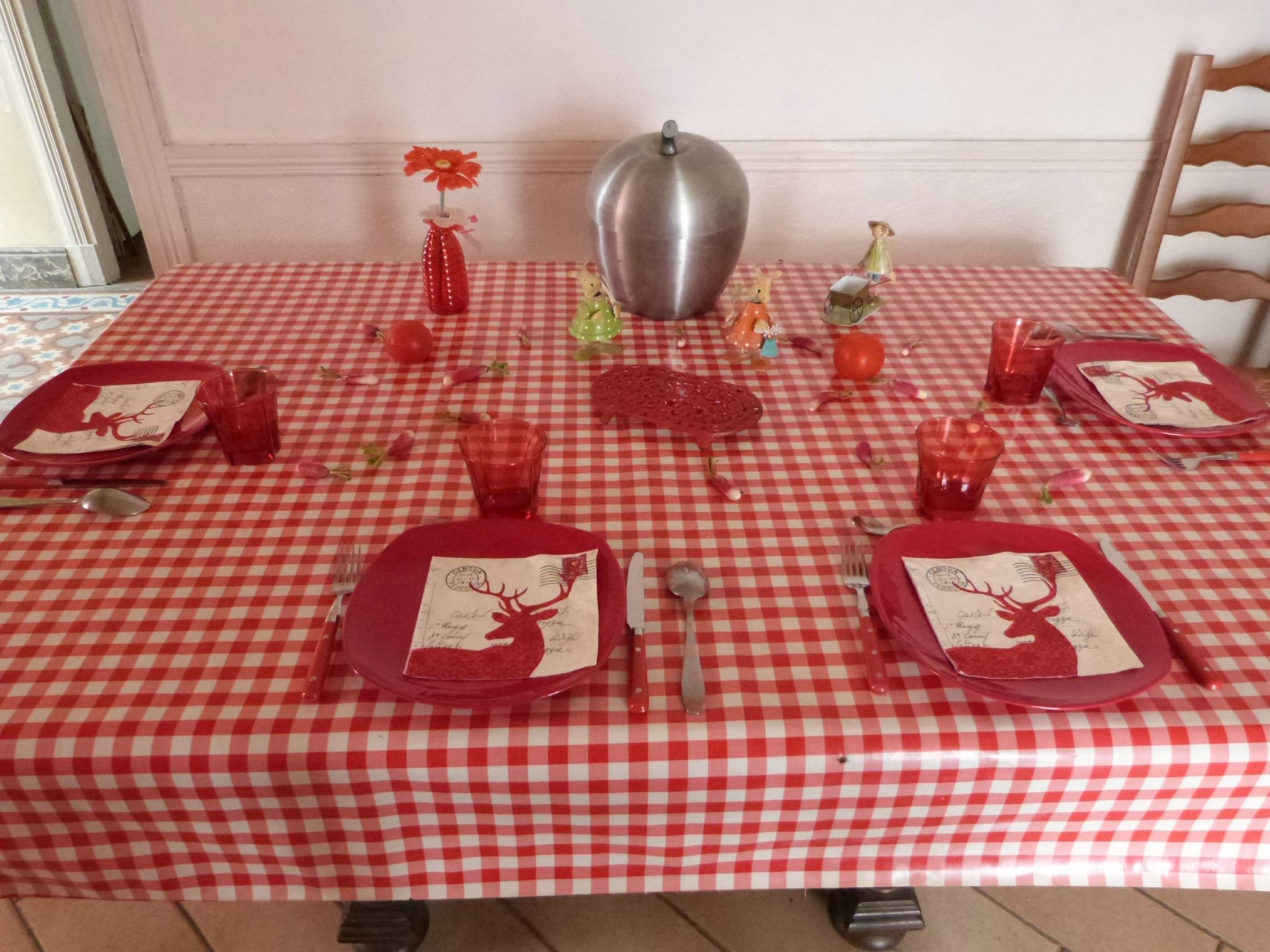 D co avec toile cir e rouge vichy tables et d co d 39 estelle for Nappe et serviettes de table