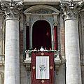 Le pape françois prononce la bénédiction urbi et orbi à la basilique saint-pierre
