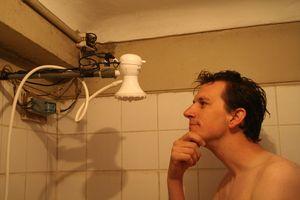 Comment chauffer de l 39 eau aude mika l around the world - Comment nettoyer une pomme de douche ...