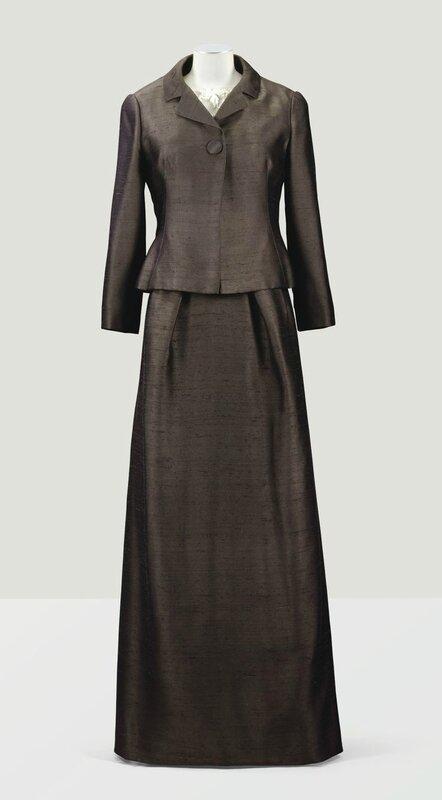 Balenciaga Haute Couture, 1962. Tailleur habillé en shantung brun Van Dyck, blouse brodée par la Maison Rébé