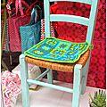 petite chaise bleue avec son joli coussin crocheté