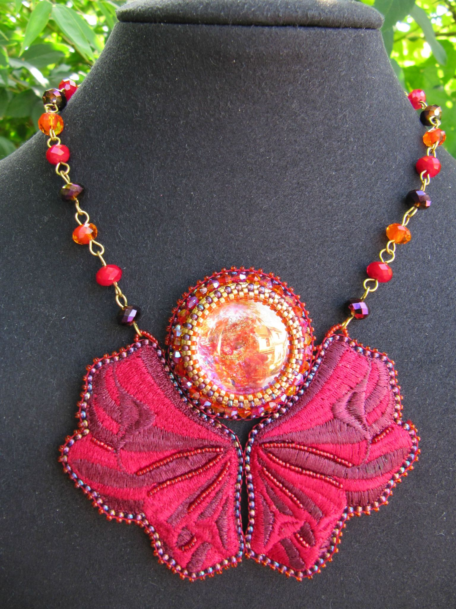 Collier brodé papillon rouge