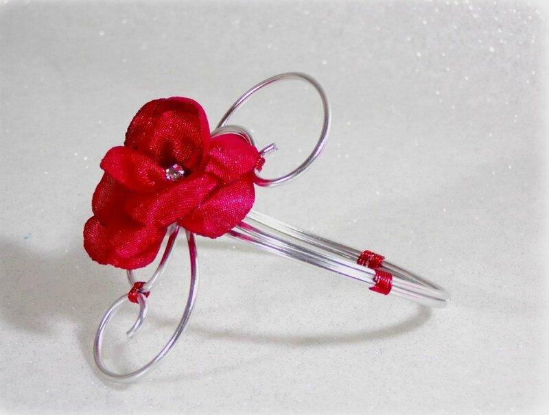 Bracelet fleur rouge et blanc fil aluminium mariage