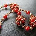 Gros plan des perles rouges