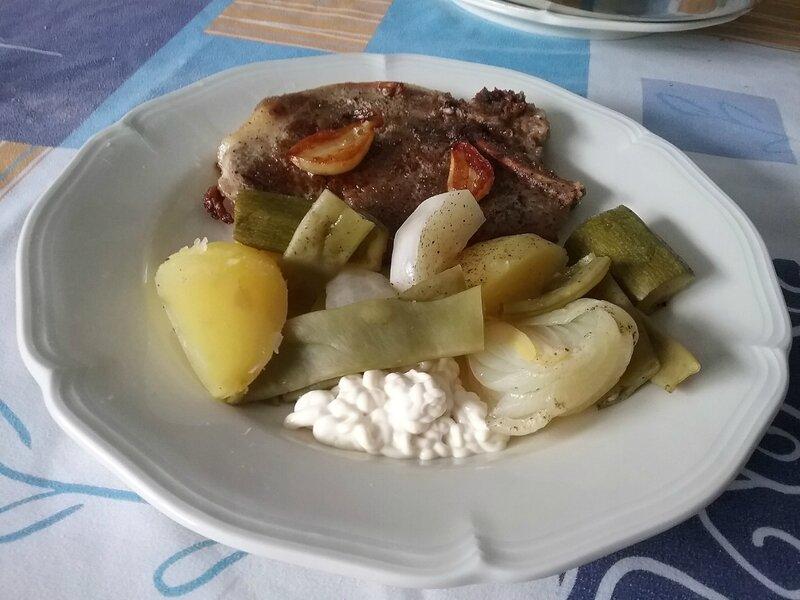 Côtes de porc flambées et légumes vapeur à l'aïoli