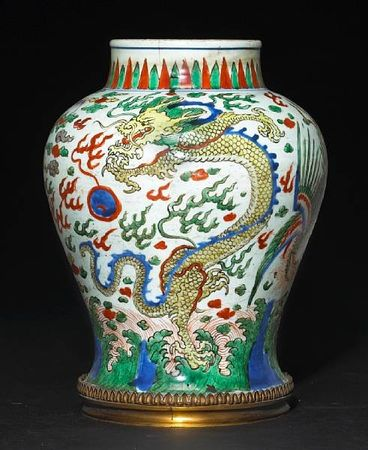 A_wucai_decorated_porcelain_jar