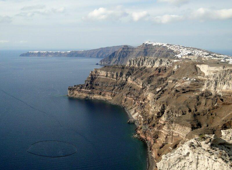 Vue de Oia (à gauche) et de Fira (à droite) sur l'île de Santorin, Grèce (Bernard Gagnon)