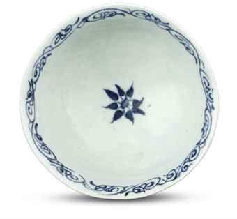 a_very_rare_underglaze-blue_moulded_dragon_stemcup_gaozu_wan_yuan_earl_d5448238_001h