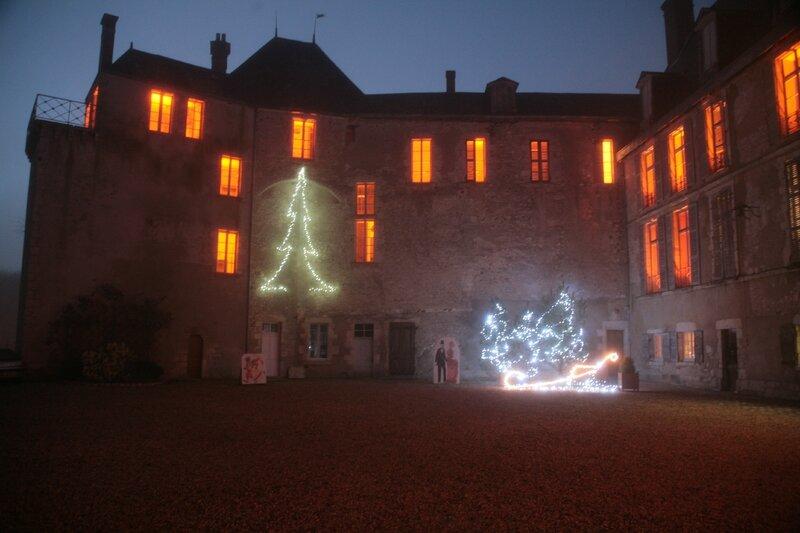 Château de Saint-Brisson-sur-Loire, l'aile ouest illuminée. 23 décembre 2014. (Photo A. Estienne.)