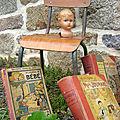 Chaise enfant, tête poupon et livres anciens