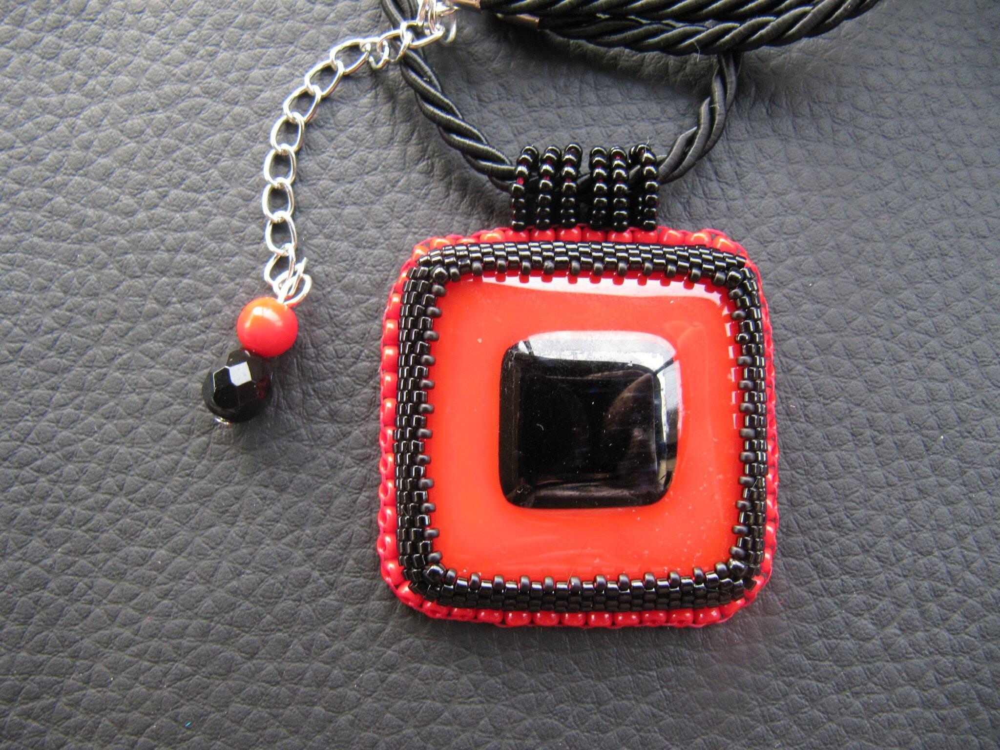 Pendentif carré rouge intense/noir