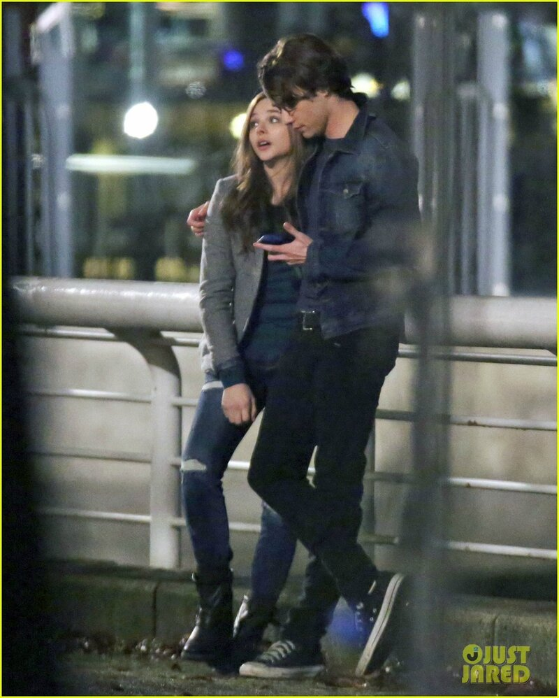 chloe-moretz-kisses-co-star-jamie-blackley-on-set-05