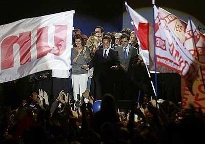 Sarkozy comemora vitória presidencial com seus eleitores em Paris