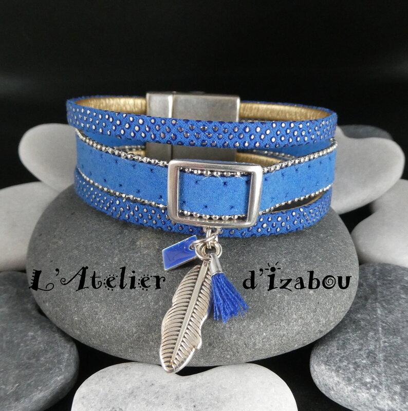 P1020527_Bracelet_large_multirangs_bleu_klein_cuir_et_daim__breloque_plume__rectangle__maill__et_pompon_bleu_roy