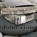 Un tantinet masculin, ce bracelet double tour et double rang cuir serpent blanc, noir est agrémenté de passants fin !