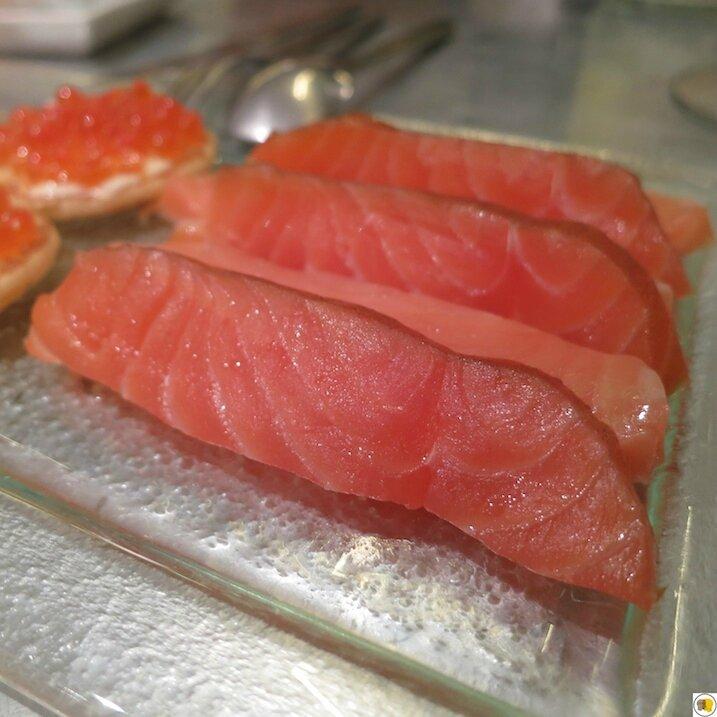 Dos de saumon fumé et dos de saumon fumé brut de fumoir