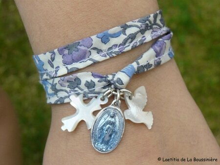 Bracelet de l'Annonciation (sur ruban Liberty Meadow parme)