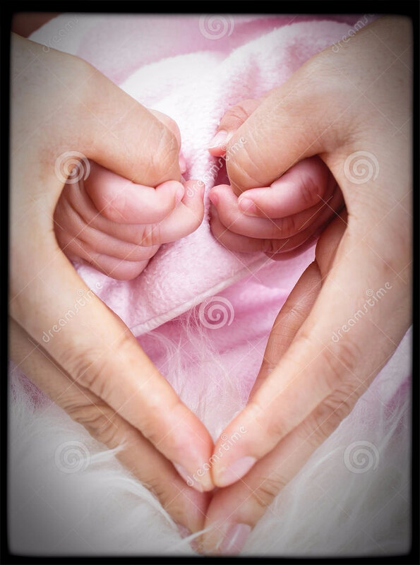 beau-bébé-avec-la-main-d-utilisation-de-maman-38072981