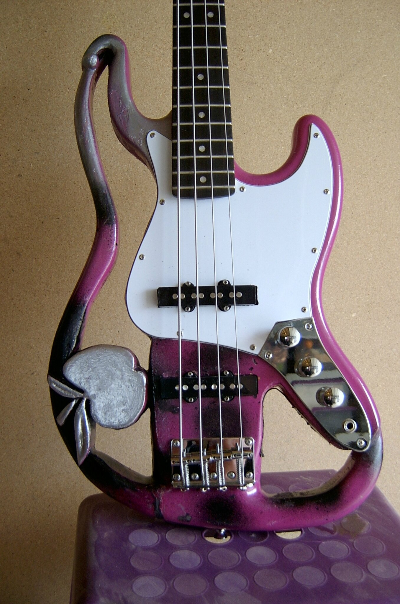 GUITARE SCULPTEE...PURPLE APPLE.....la basse à MELLY.....bzzz!