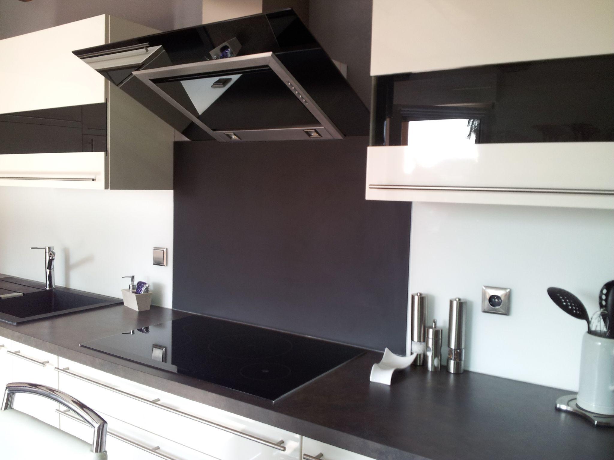 crdence en verre blanc et noir satin avant et aprs with credence en verre blanc. Black Bedroom Furniture Sets. Home Design Ideas