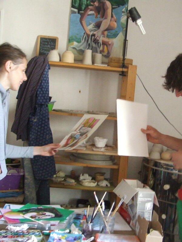 Laguil et une curieuse en visite à l' atelier attrape Terre.