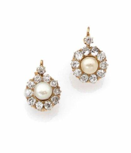 Paire de dormeuses en or jaune, perles fines bouton et diamants taillés à l'ancienne, début du XXème siècle