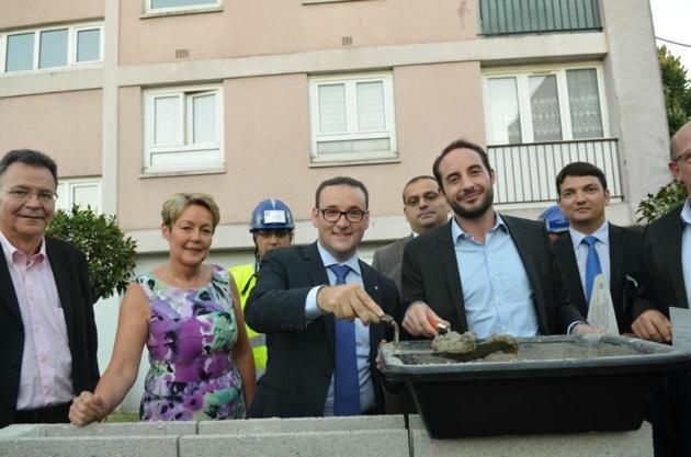 Brice Rabaste, entouré de Guillaume Ségala, président de MCH, pose de la première pierre du futur poste de police municipale. -