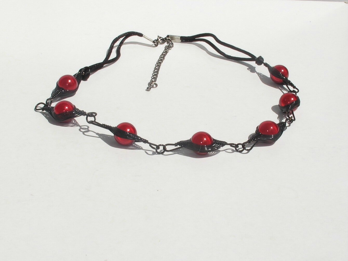 collier wire noir perles rouge bis