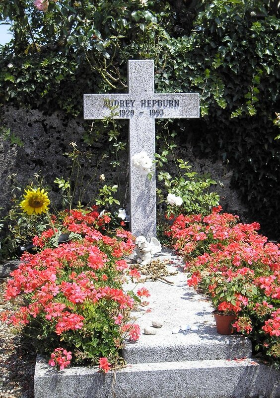 Grave_of_Audrey_Hepburn,_Tolochenaz,_Switzerland_-_20080711