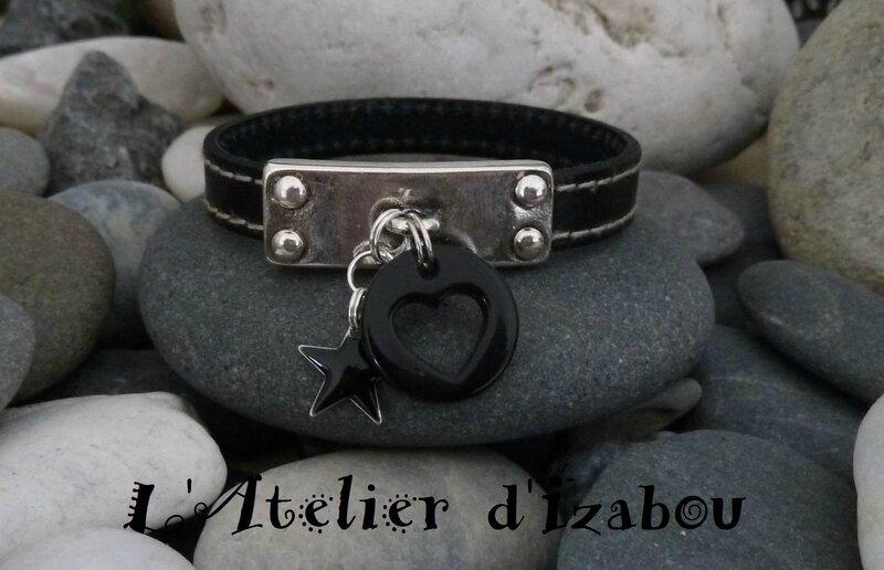 P1160334 Bracelet Saint Valentin cuir cousu noir et breloque noire ronde percée d'un coeur et breloque étoile