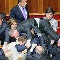 Ukraine : une très grosse bagarre éclate au parlement ukrainien (vidéo)