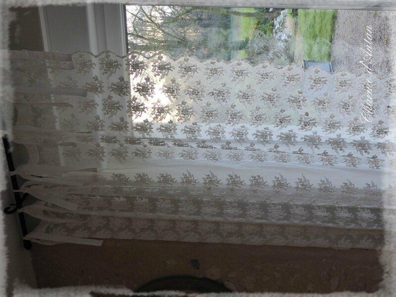 j 39 ouvre ce tr s beau rideau pour vous annoncer la bonne nouvelle charme d 39 antan. Black Bedroom Furniture Sets. Home Design Ideas